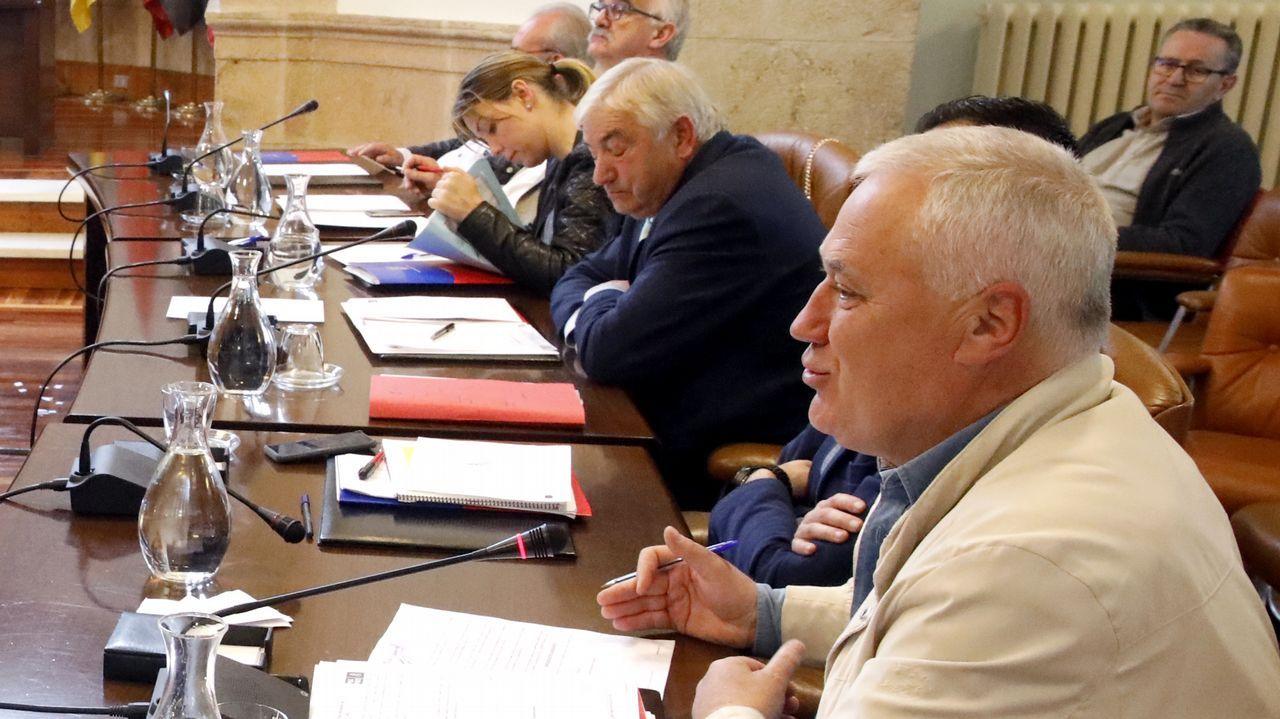 El consejero de Presidencia, Guillermo Martínez, comparece en la Junta General del Principado.Martínez, en primer término y, al fondo, con los ojos cerrados, Lino Rodríguez