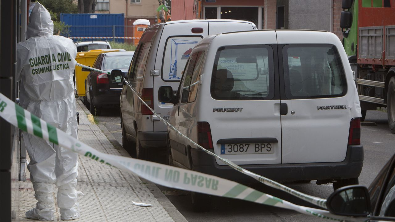 Muere atropellado al auxiliar en un accidente en La Coruña.Un guardia civil recoge muestras en la acera donde se derrumbó desangrada la mujer acuchillada el miércoles por su expareja