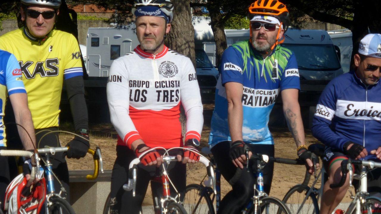 Participantes de la Clasicona, la marcha cicloturista no competitiva que se celebra en Gijón y en la que se homenajea al ciclismo clásico