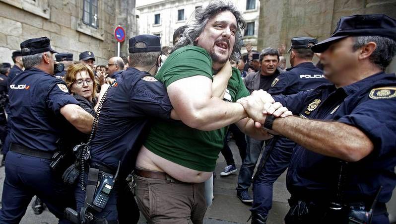 Enfrentamientos en Santiago.Los marineros invitaron a los miembros de la Comisión Europea a comprobar in situ cómo se trabaja con el xeito.