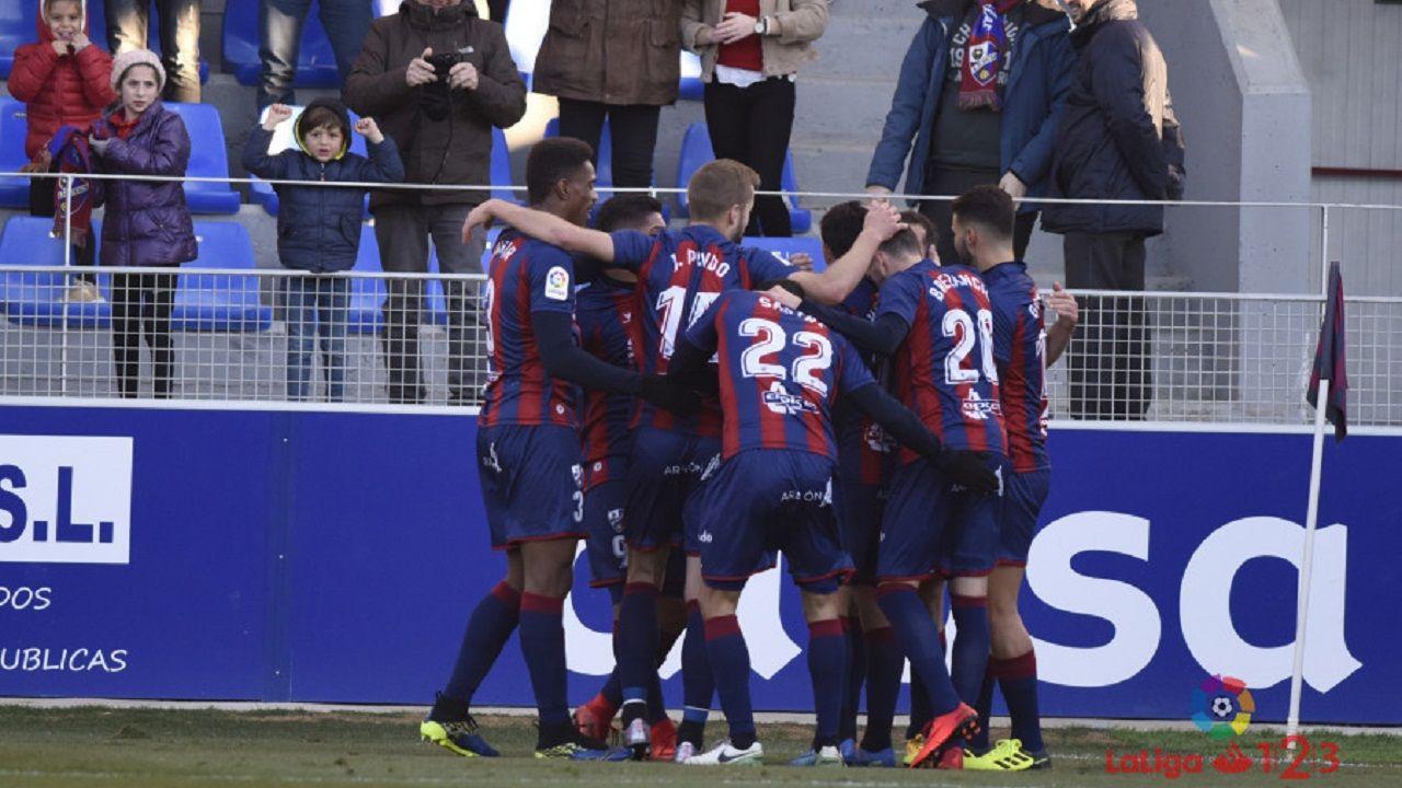 Los jugadores del Huesca celebran un gol al Lugo