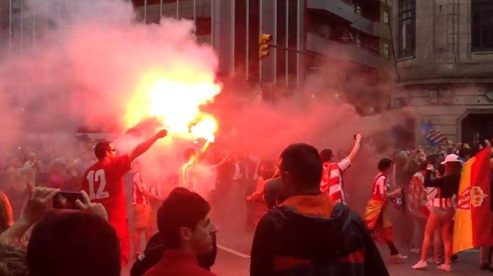 El autobús del Sporting, a su paso por la plaza del Carmen en la celebración del ascenso.