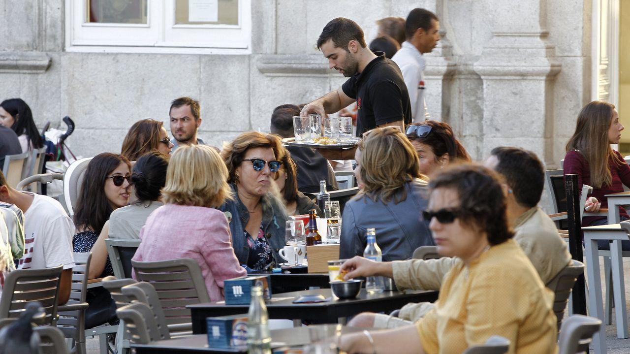 Cartel sobre el mal tiempo en Asturias en un establecimiento hostelero de Gijón