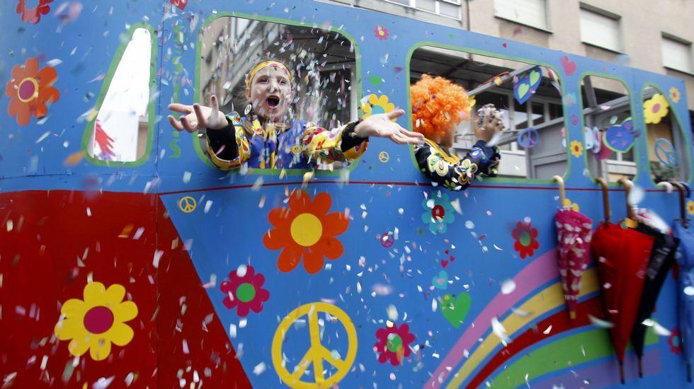 Derroche de confetti en la comparsa de Sober Peace and Love