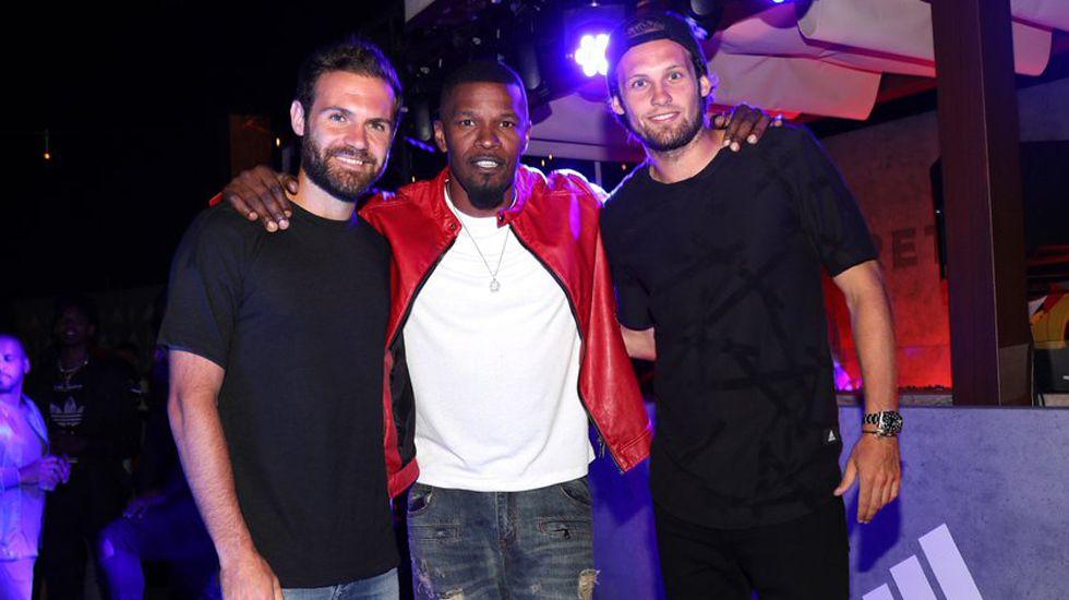 Mata, con su compañero Daley Blind y el actor Jamie Foxx.
