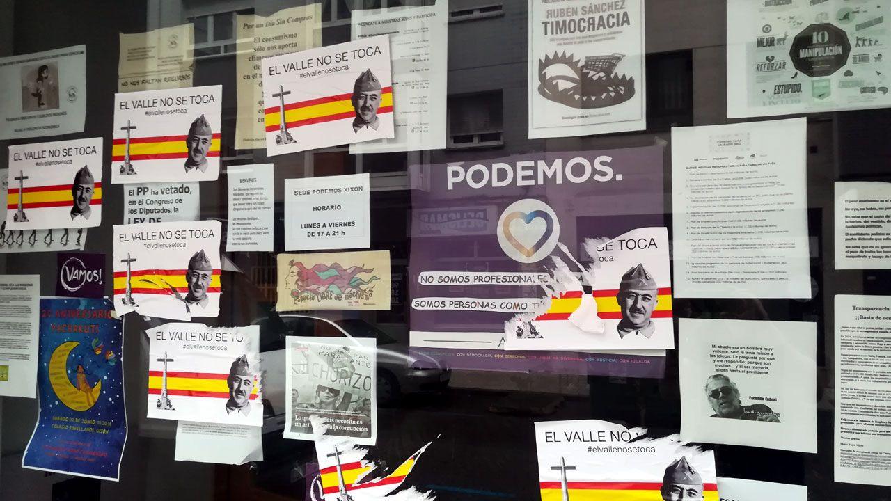 .Carteles con contenidos franquistas y falangistas pegados en la fachada de la sede gijonesa de Podemos