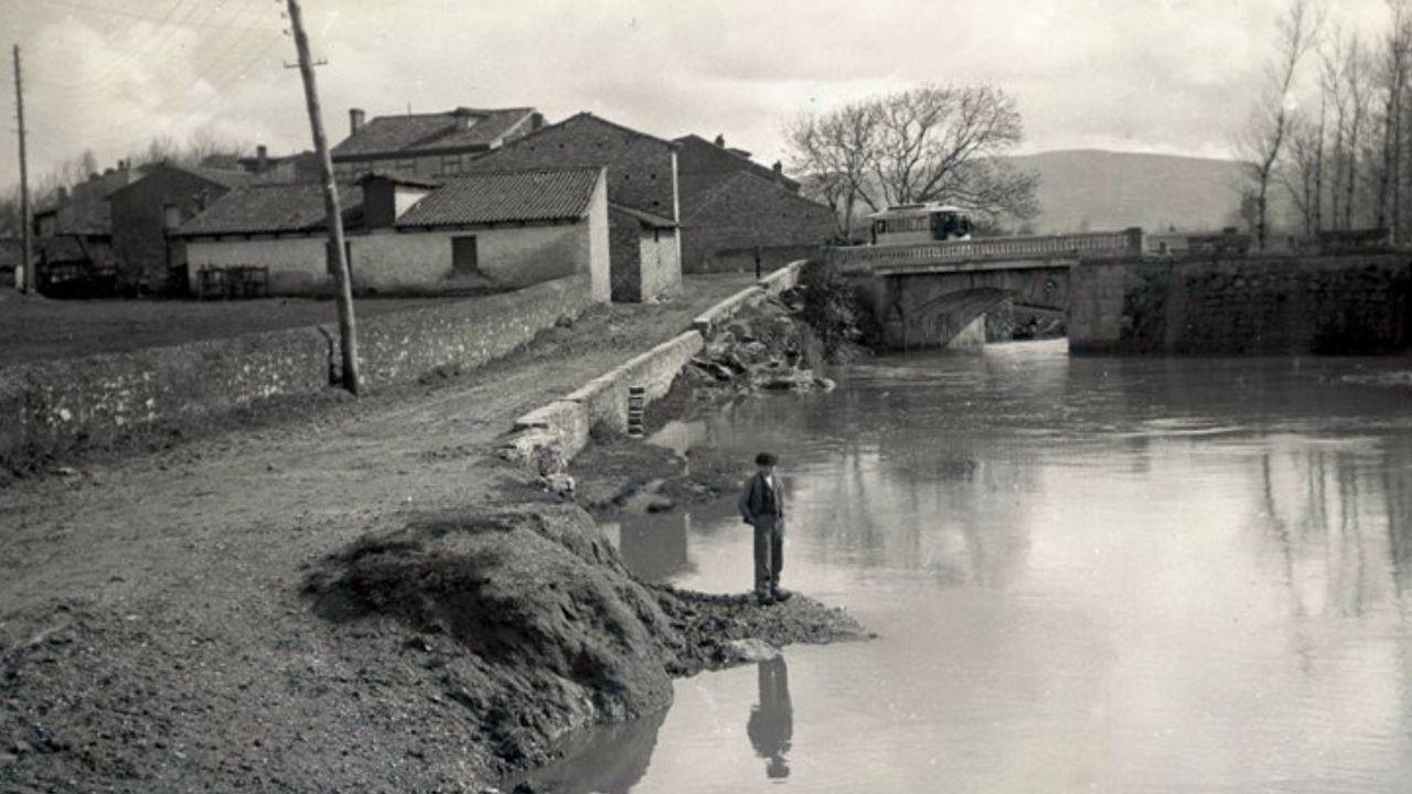 Fotografía antigua de Gijón.OCHOBRE. Un paisano contempla la tranquiloda de La Ponte de La Guía, hacia 1905