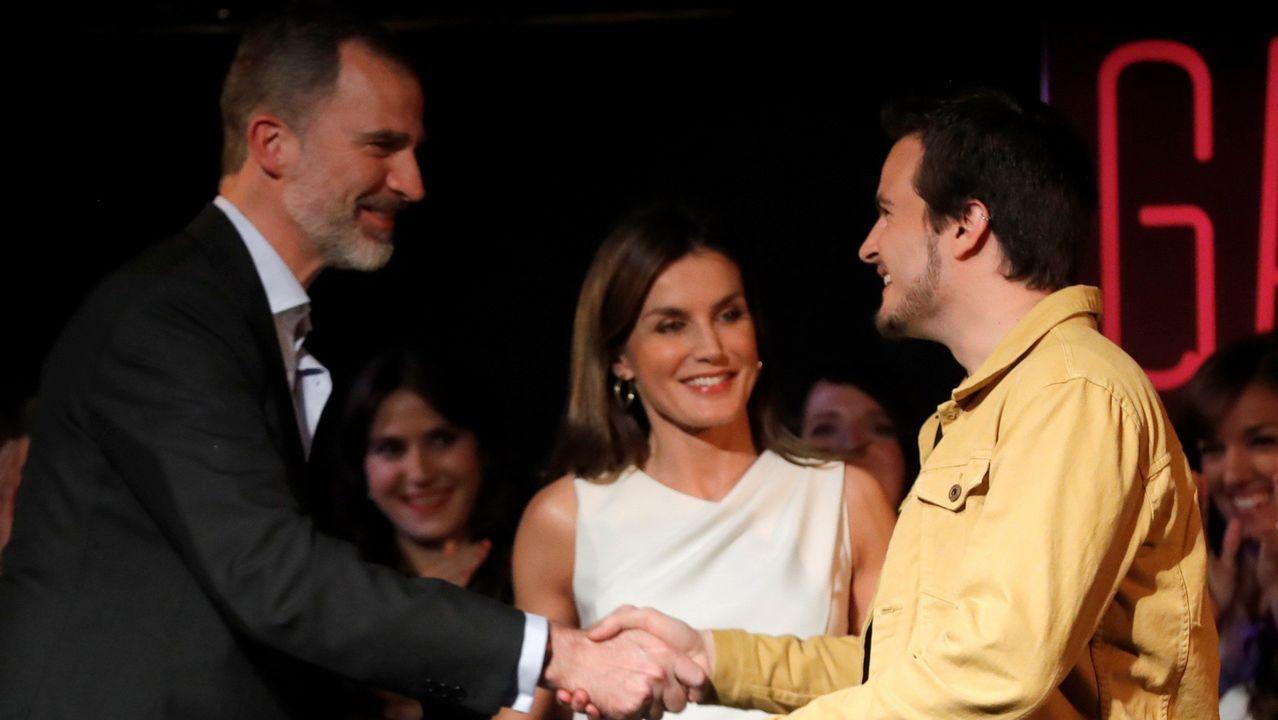 El rey sorprende acompañando a la reina a la final del concurso de monólogos científicos.