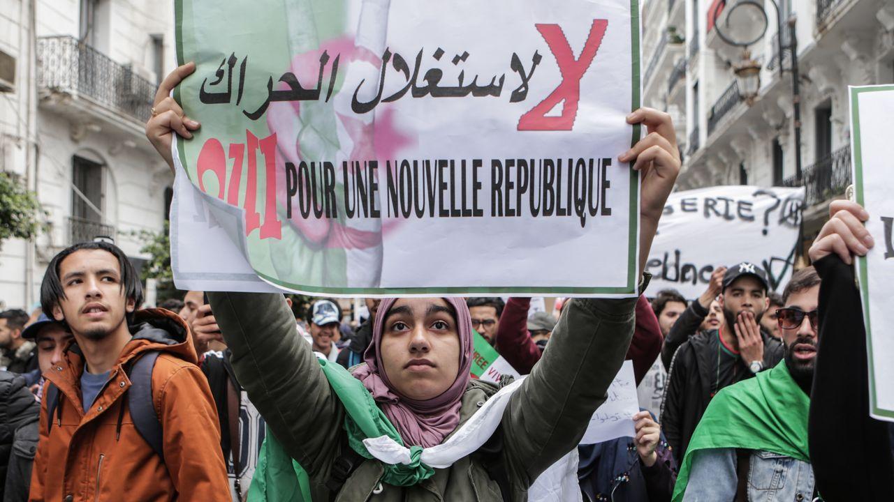 Una manifestante reclama una nueva república durante una protesta celebrada el pasado mes de marzo