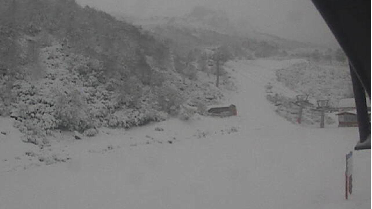 Nieve en Fuentes de Invierno.Un esquiador de montaña