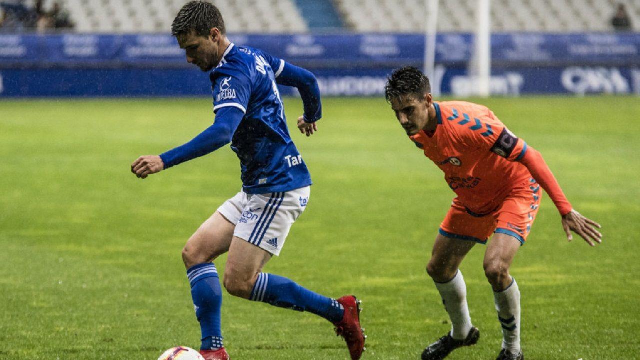 Óscar Valentín presiona a Omar Ramos en el Real Oviedo-Rayo