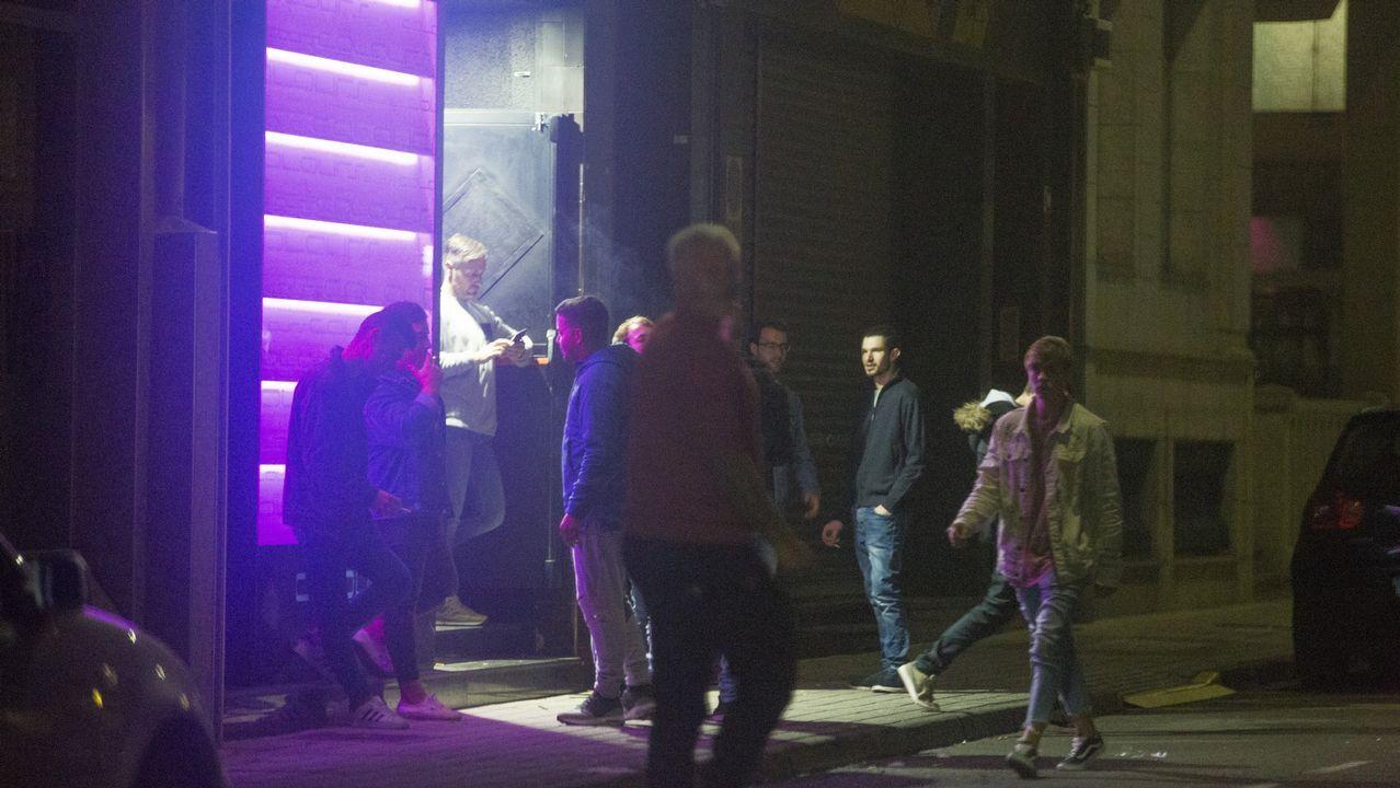 .Imagen del Pub Colours en la medianoche de este viernes. Este local, situado en la rúa da Estrela carballesa, no acumula sanción administrativa municipal alguna en lo que va de 2018.