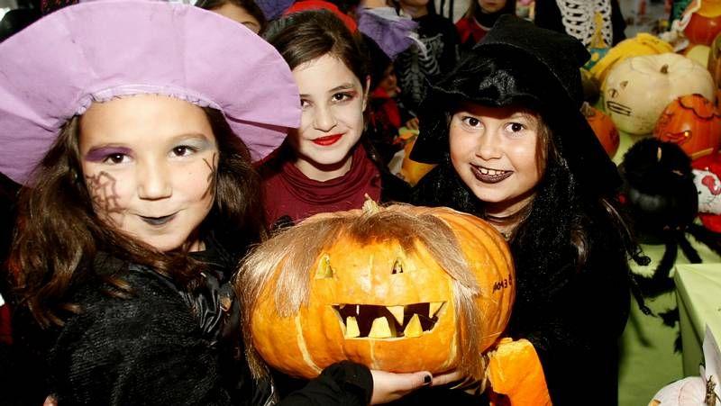 Los colegios gallegos celebran el Samaín.Los niños del colegio Doña Emma celebran el quinto premio