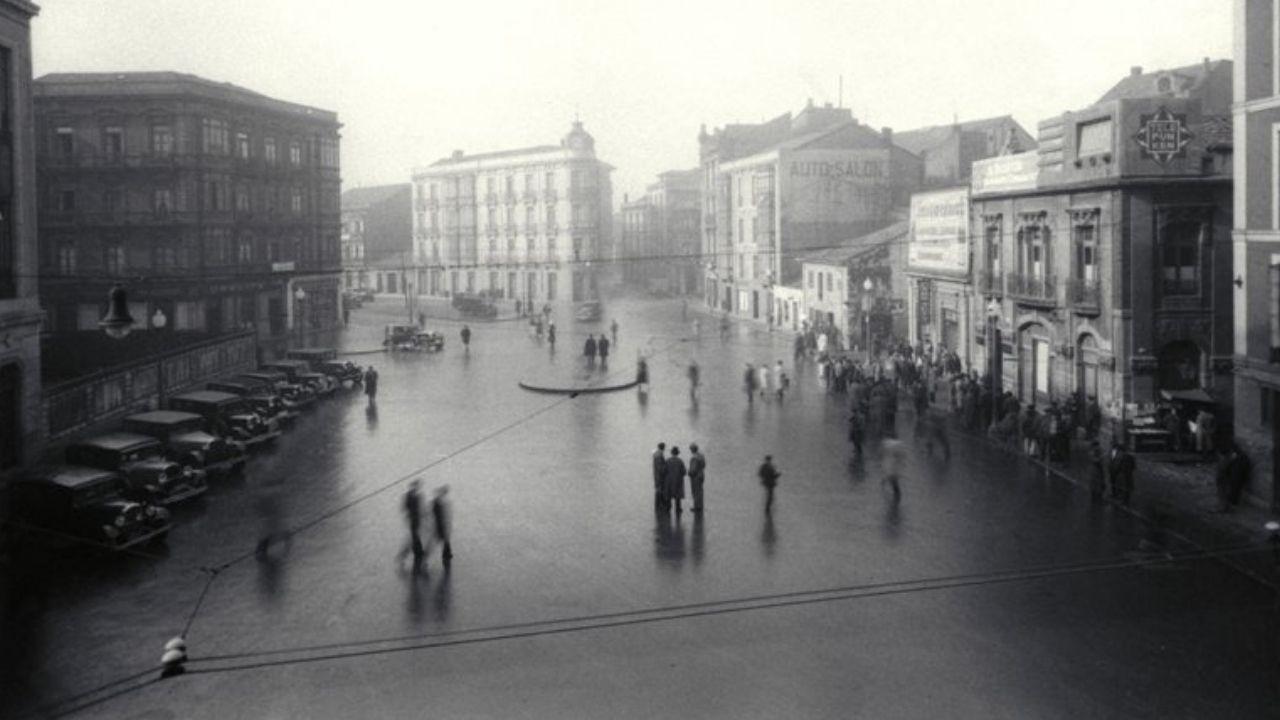 Fotografía antigua de Gijón.AVIENTU. De Constantino Suárez es la fotografía que cierra el calendario en diciembre: la plaza de Fermín Galán, hoy la plaza del Carmen, hacia 1934