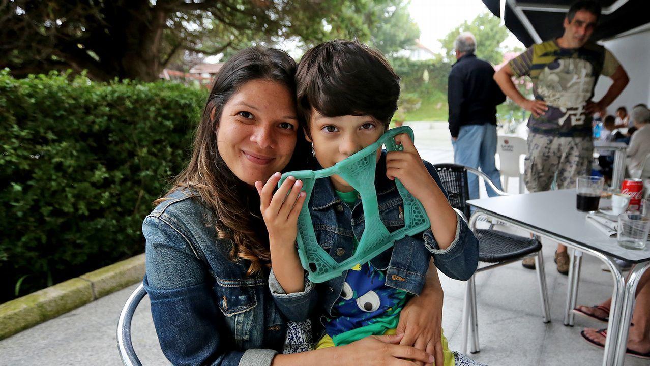 Miles de personas se movilizan para encontrar el iPad de un niño autista de Vigo.UN NIÑO USANDO UNA TABLET