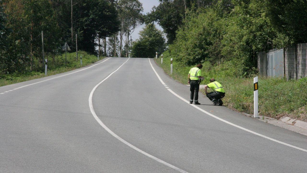 DGT: «Ante un accidente o avería hay evidencias de que es mejor permanecer en el vehículo con el cinturón puesto».Dos guardias civiles buscan pruebas en una carretera de Abegondo, en el lugar en el que un ciclista fue atropellado por un conductor que se dio a la fuga