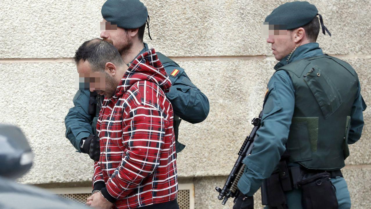 Uno de los detenidos por el asesinato del concejal de IU en Llanes (Asturias) Javier Ardines, es conducido por miembros de las GAR de la Guardia Civil, tras buscar indicios en su domicilio de Bilbao.