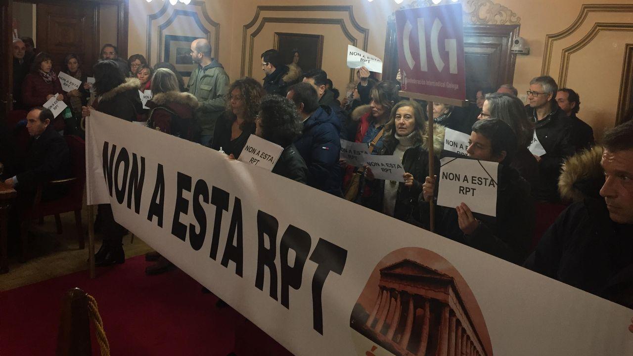 Protesta antes y durante el pleno de funcionarios que rechazan la propuesta de relación de puestos de trabajo.La oficina principal del antiguo Inem en la comarca está en la avenida de Vigo.