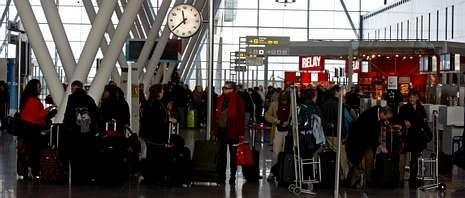El aeropuerto compostelano modera la pérdida de viajeros en el inicio de un año con diez rutas internacionales previstas.