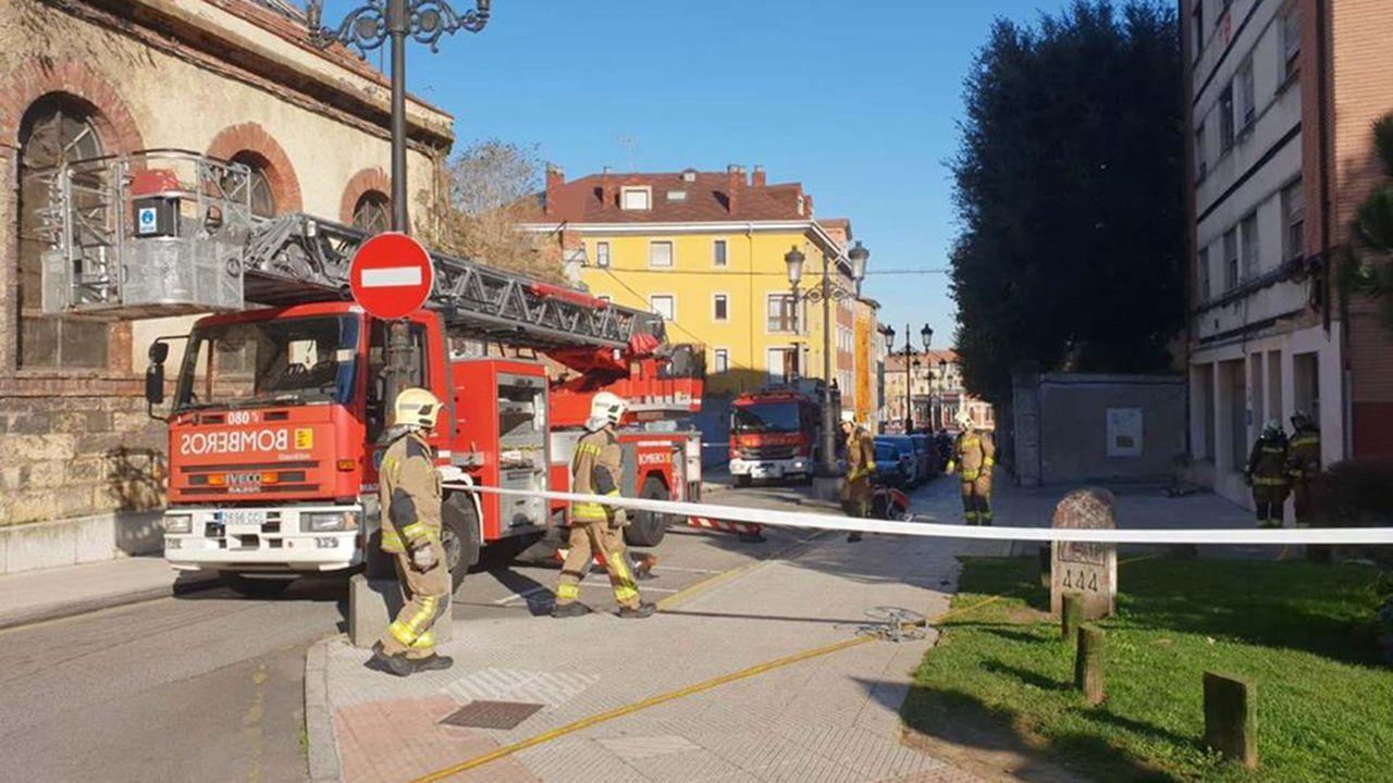 Integrantes de la plataforma SOS Viejo Huca limpian una de las parcelas del entorno durante una sestaferia.Los bomberos rescatan a nueve personas en un incendio en Oviedo