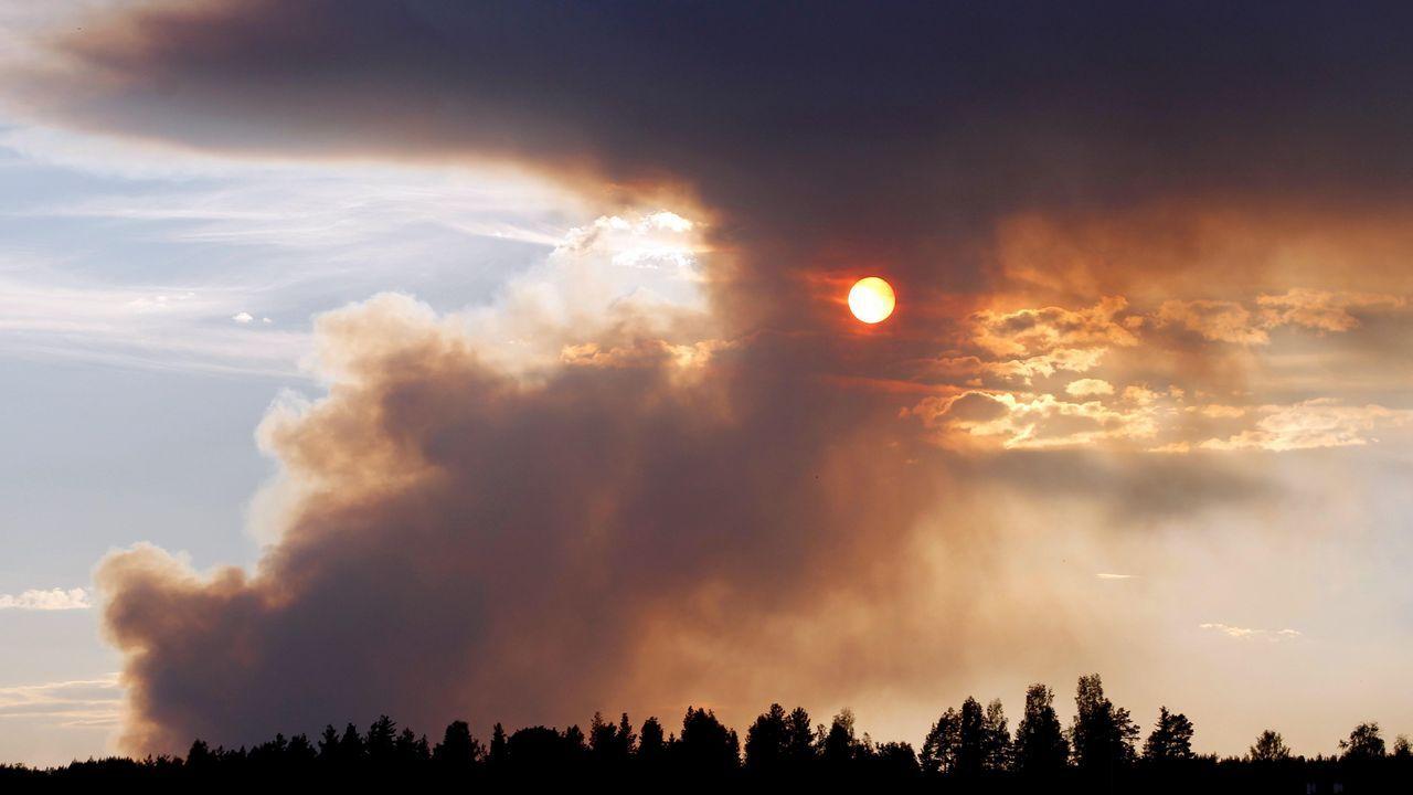 Nube de humo durante un incendio en el bosque de Karbole, en Suiza