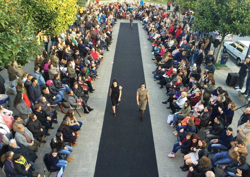 La Praza da Insuela de Camariñas, frente al Concello, fue una pasarela de moda.