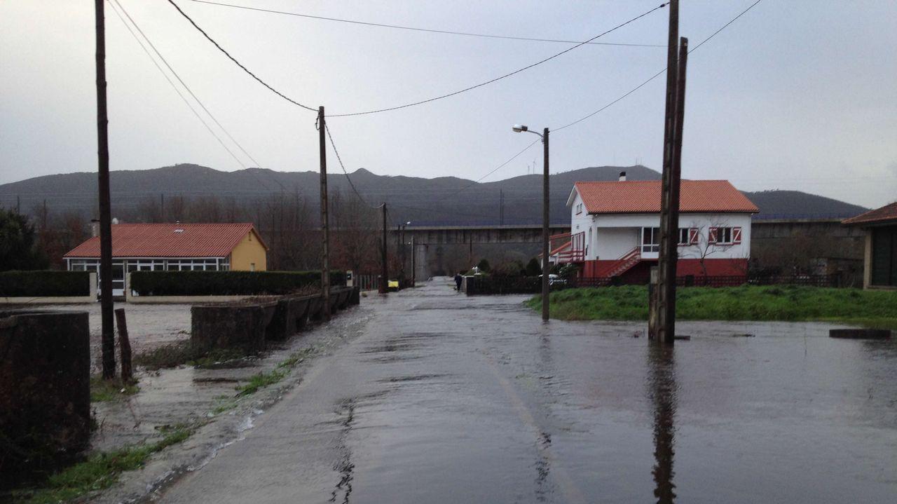 La mina de la que sale toda la magnesita gallega.Central térmica de Aboño