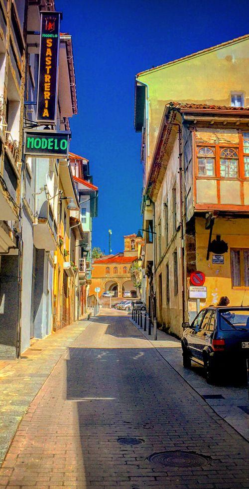 Calle Mayor de Tineo, con la iglesia de San Pedro al fondo
