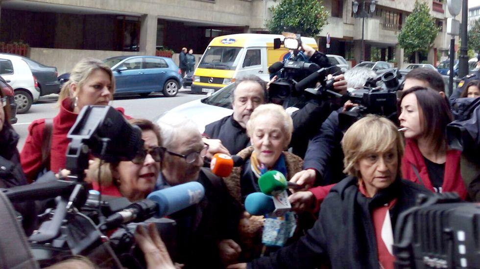 Fernández Villa hace su entrada en los juzgados de Oviedo, rodeado de medios de comunicación