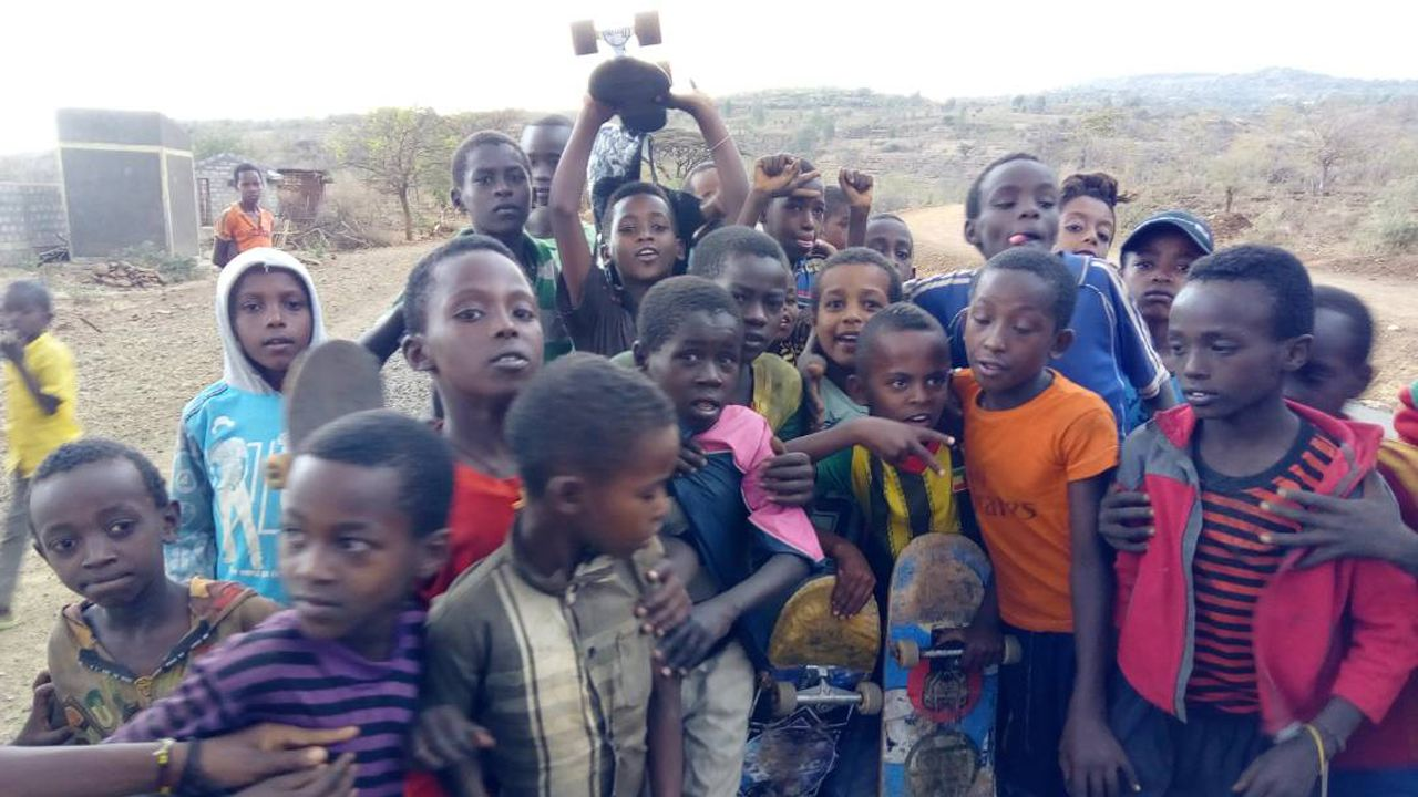skatepark Etiopía.Los niños y jóvenes de Karat posan con sus monopatines