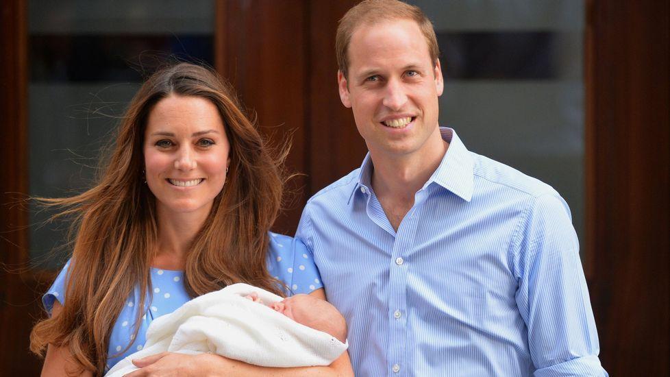 Alegría en Londres por el nacimiento de la niña de los duques de Cambridge.El príncipe Guillermo, duque de Cambridge, y a su hijo George con motivo del bautizo de Carlota