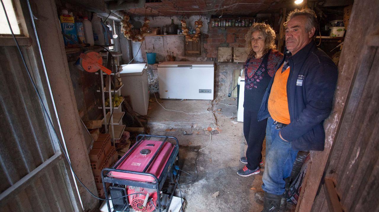 «Llevo una vida menos esclava y puedo marcarme horarios».Jesús y Nuria, vecinos de Vilar de Cancelada, sobreviven gracias a un generador de diez litros de gasoil