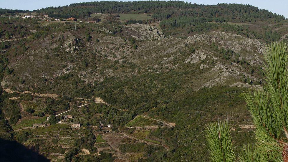 Desde el mirador de O Duque se aprecia la ubicación de la aldea (abajo) en una ladera escarpada