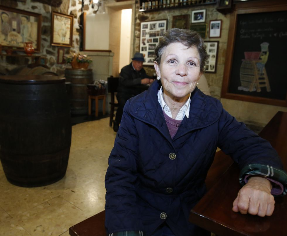 Milagros Guzmán, propietaria del bar La Navarra, que regenta su hijo José María Ureta, será distinguida hoy por la asociación Maravallada por su apoyo a la recuperación de los cantos de taberna.
