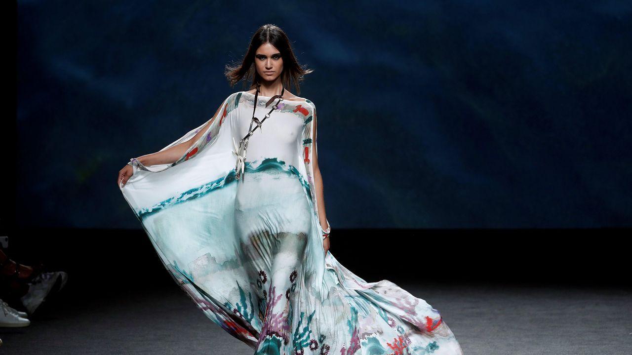 .Una modelo luce una creación de Marcos Luengo para la primavera/verano 2019, durante la última jornada de la 68 edición de la pasarela Mercedes-Benz Fashion Week Madrid.
