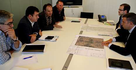 El alcalde y miembros de su gobierno en la reunión con los representantes de Unión Fenosa.