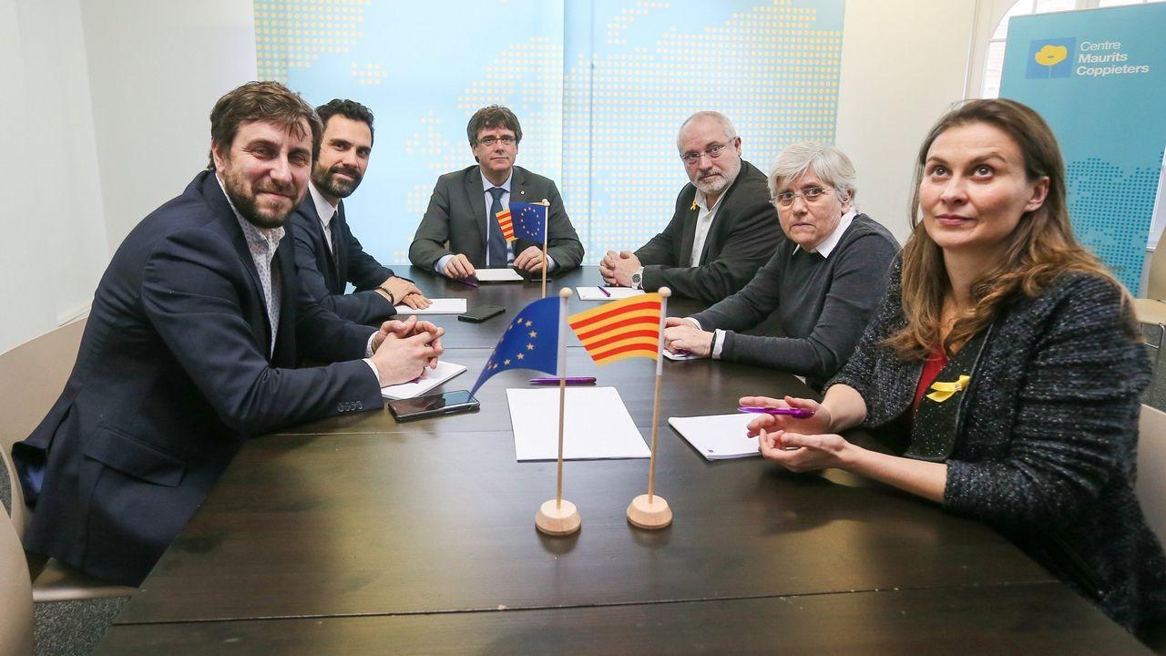 Investidura aplazada que no desconvocada en el Parlament.El expresidente de la Generalitat Carles Puigdemonty el presidente del Parlamento autónomo, Roger Torrent (2i), junto a los exconsejeros Clara Ponsatí (2d) y Lluís Puig -ambos de JxC- y Meritxell Serret  y Toni Comín -ambos de ERC-, durante una reunión en Bruselas