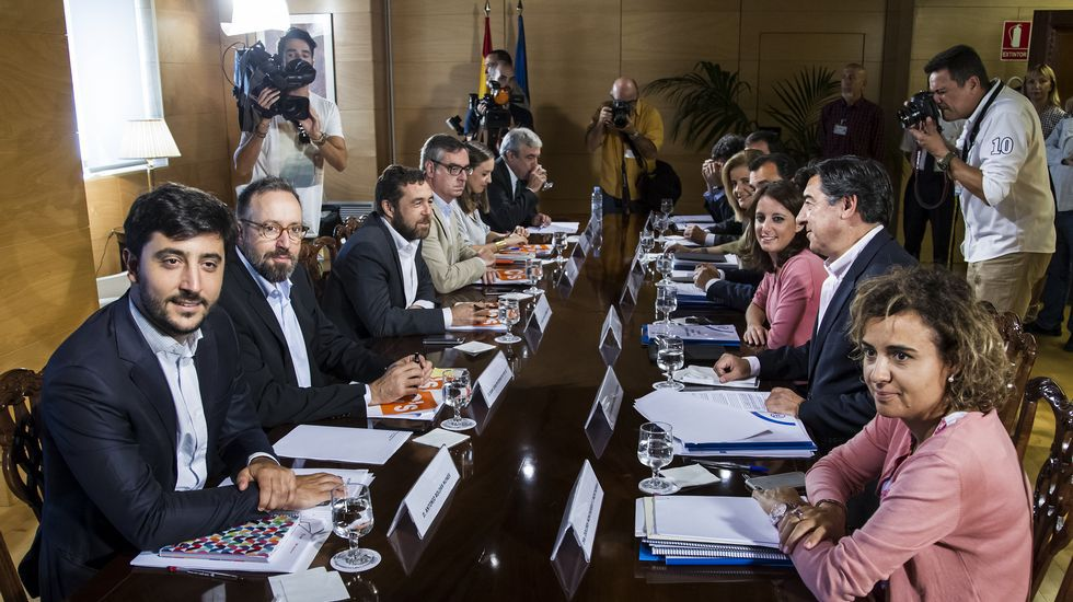 Adriana Levy, con el presidente del PP de Mieres, José Manuel Rodríguez; la presidenta de Hunosa, Teresa Mallada; y la presidenta del PP en Asturias, Mercedes Fernández.Padula cree que, en general, hay más nivel en los políticos autonómicos que en los nacionales.