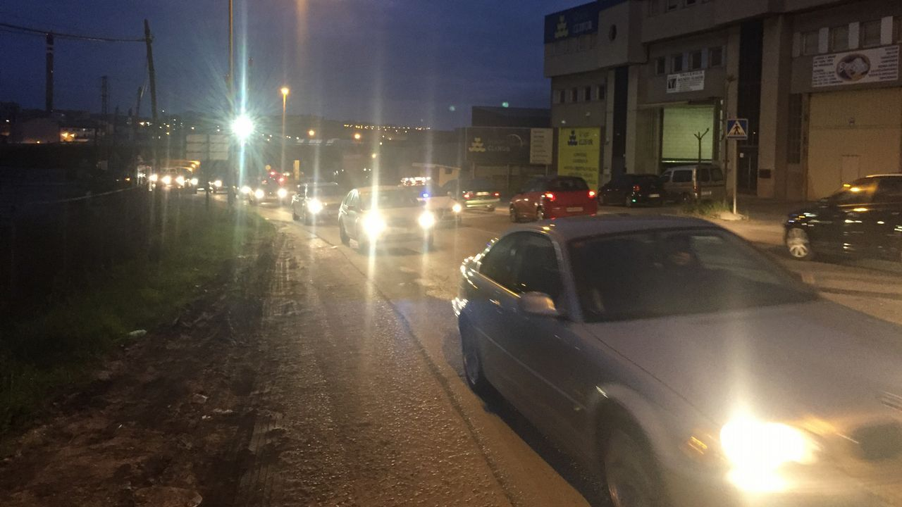 Los vecinos de Chapela salen a la calle por la AP-9.BUS METROPOLITANO Y URBANO EN EL CENTRO DE LA CIUDAD