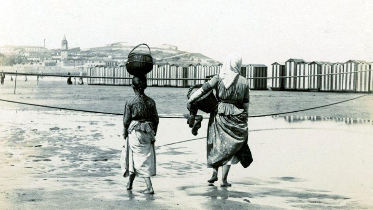 Fotografía antigua de Gijón.XUNU. Dos mujeres en la playa de San Lorenzo en 1895
