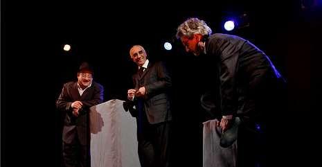 Manolo Escobar en Galicia.Una escena de la representación de «Os vellos non deben namorarse», éxito del Grupo de Teatro Ollomao.