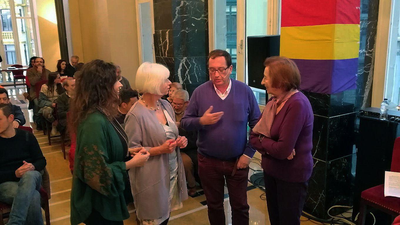 Alejandra Matallanas, responsable de medios de IU; Concha Masa, candidata a la alcandía de Oviedo por IU; el profesor de historia Pepe García y Laura González, exconsejera del Principado