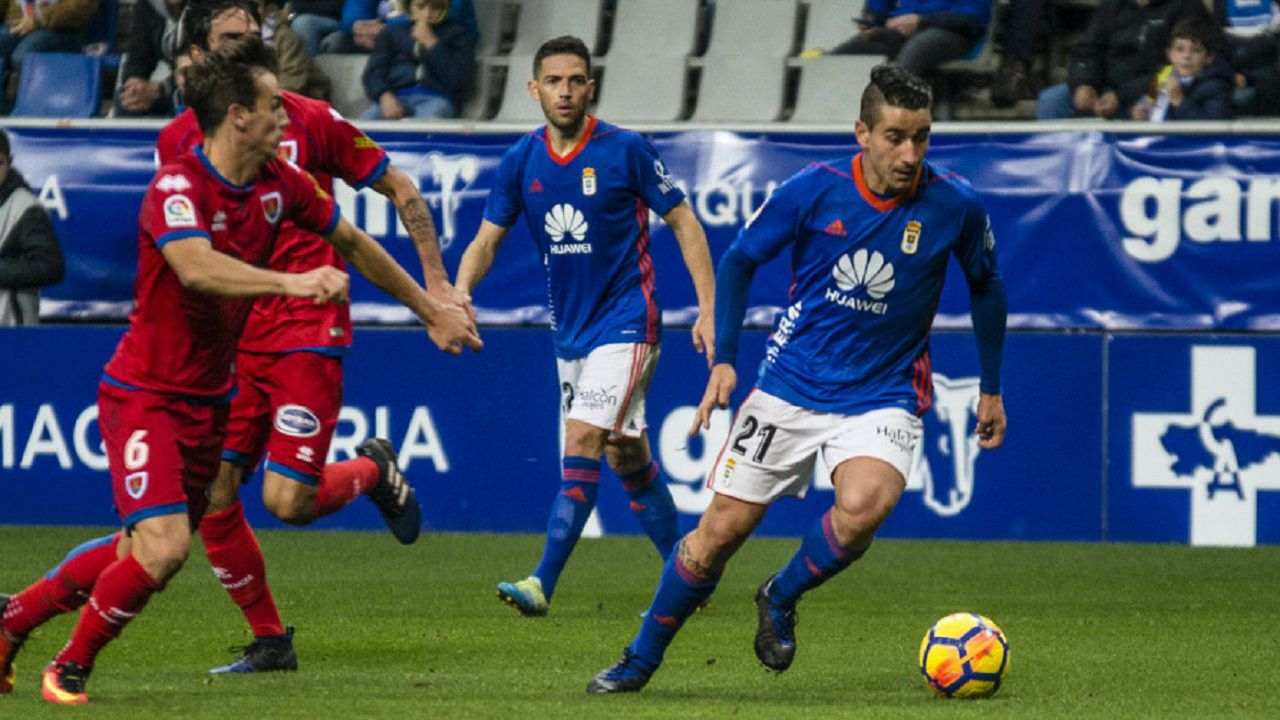 Saul Berjon Real Oviedo Carlos Tartiere Numancia Horizontal.Saul conduce el esferico frente al Numancia