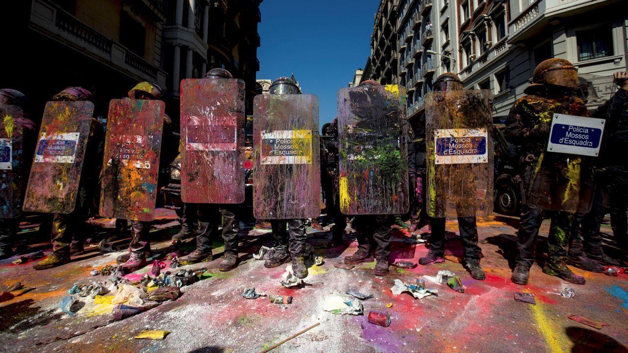 Tensión por la doble manifestación de independentistas y policías en Barcelona.Los cerca de 5.000 «mossos» que se manifestaron por el centro de Barcelona se cruzaron aplausos con sus compañeros de la jefatura de la Policía Nacional