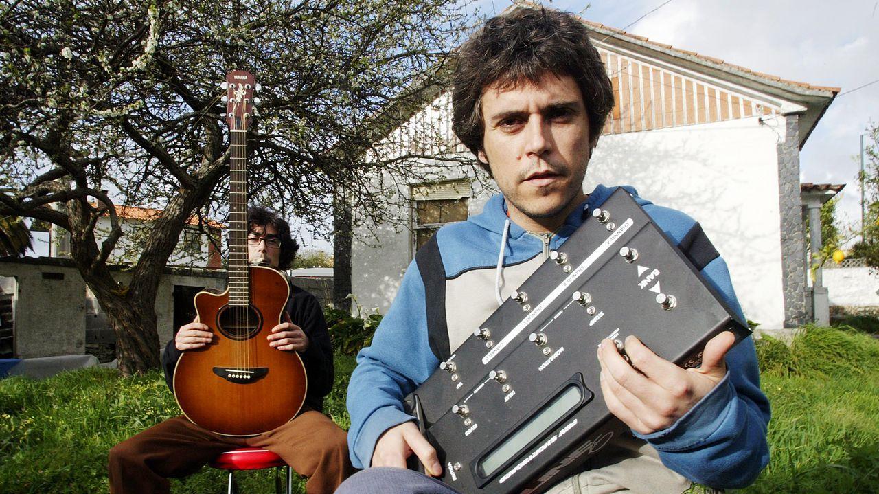 O Morrazo viste su vino de etiqueta.Iván Ferreiro, con su hermano Amaro (izquierda), en el 2005, el año de «Canciones...»