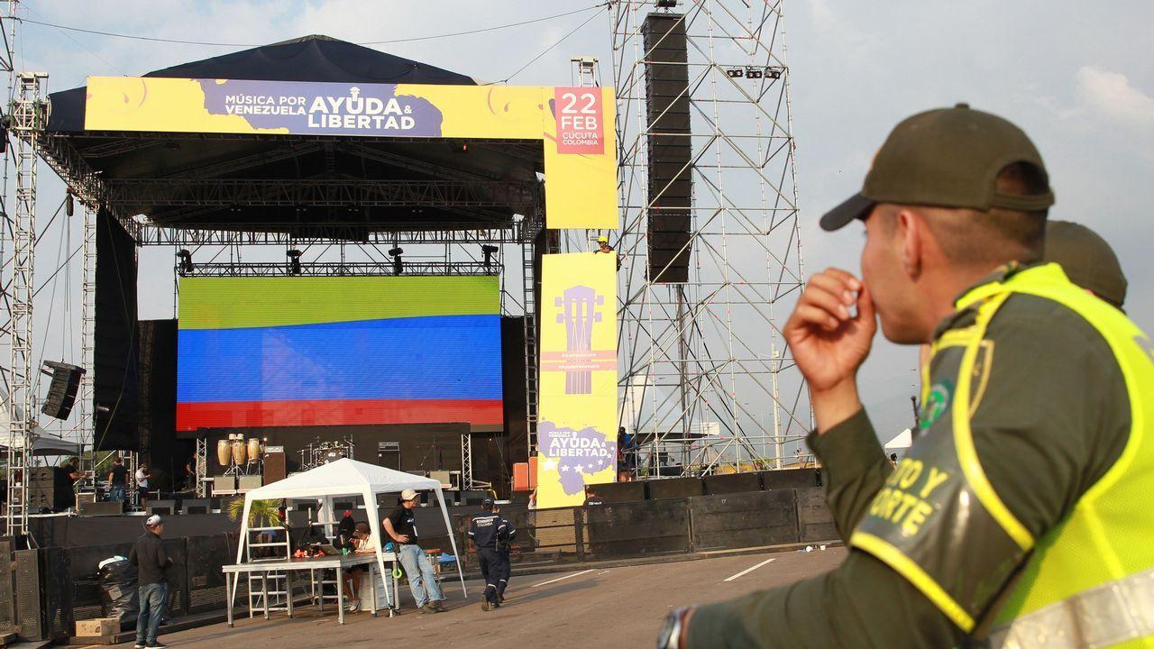 Montaje del escerario para el concierto «Venezuela Aid Live» en el lado colombiano del puente de Tienditas, uno de los tres pasos fronterizos de Cúcuta con Venezuela y en donde hay almacenadas toneladas de ayuda humanitaria