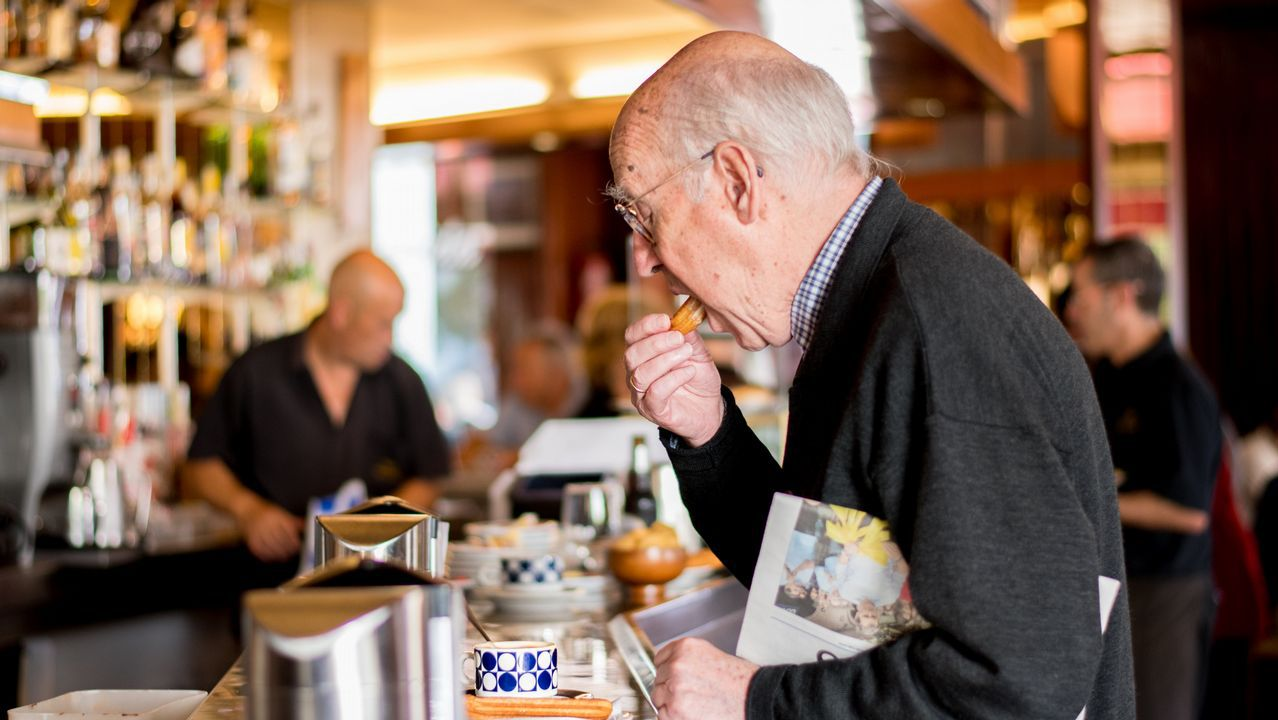 .La mezcla tradicional nunca falla (Avenida). Como es habitual desde hace 67 años, el chocolate con churros demuestra ser uno de los grandes reclamos  a la hora de pedir un desayuno en la tradicional cafetería situada en la Plaza de España