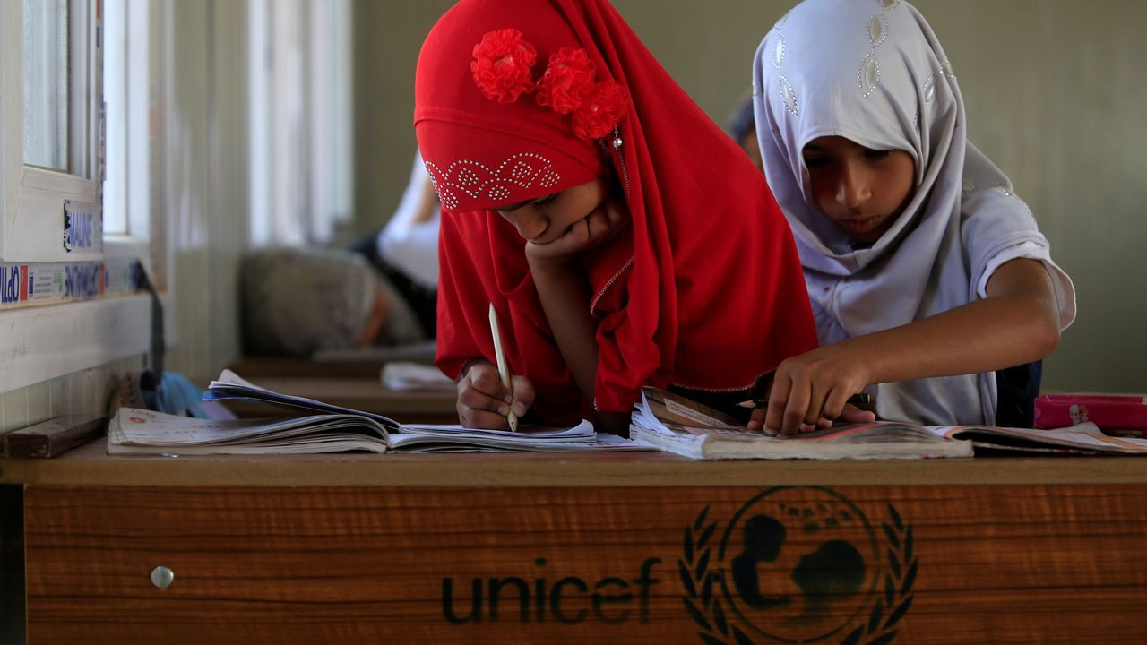 .Dos niños asisten a clase en una aldea de Irak