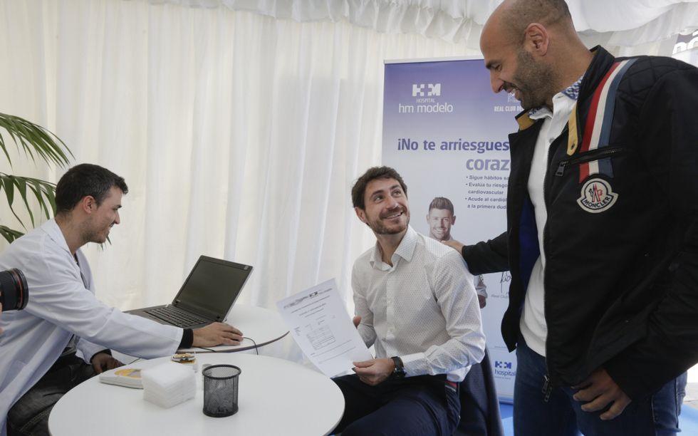 Víctor Sánchez y Manuel Pablo se sometieron al test cardiosaludable dentro de una campaña que continúa en la entrada del Modelo.