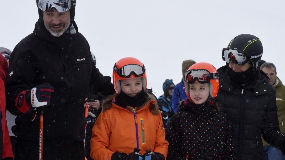 Los reyes y sus hijas, esquiando en Astún.La princesa Leonor, en su última aparicion pública, en la comunión de su hermana Sofía.